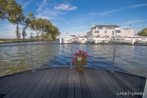 Homeboat Westhoek Marina terrace