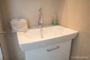 Homeboat Westhoek Marina bathroom
