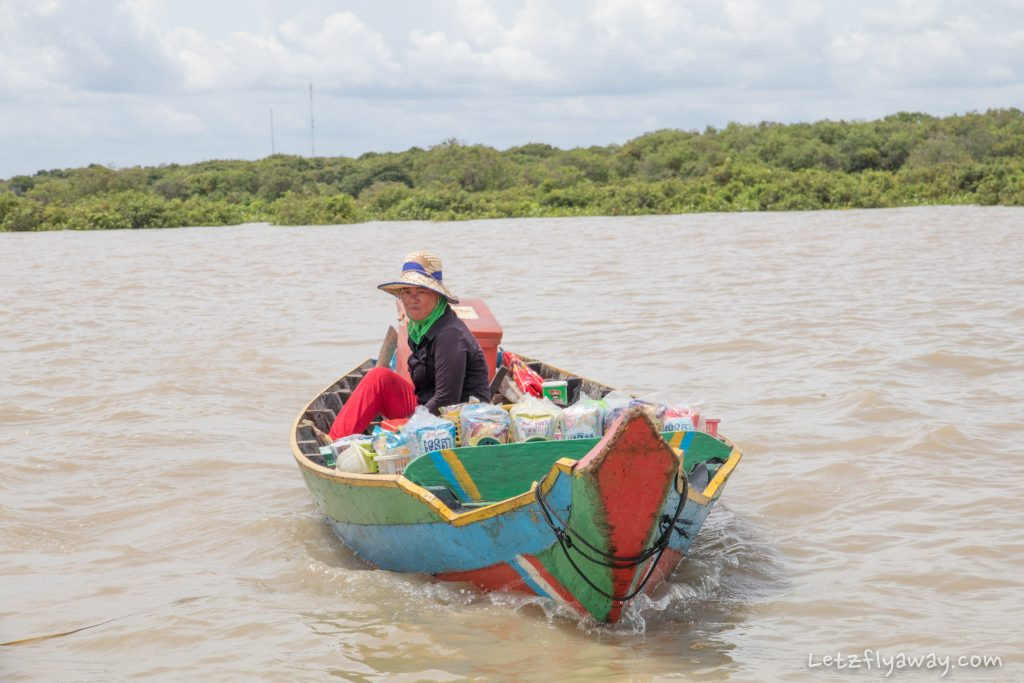 sales boat on lake tonle