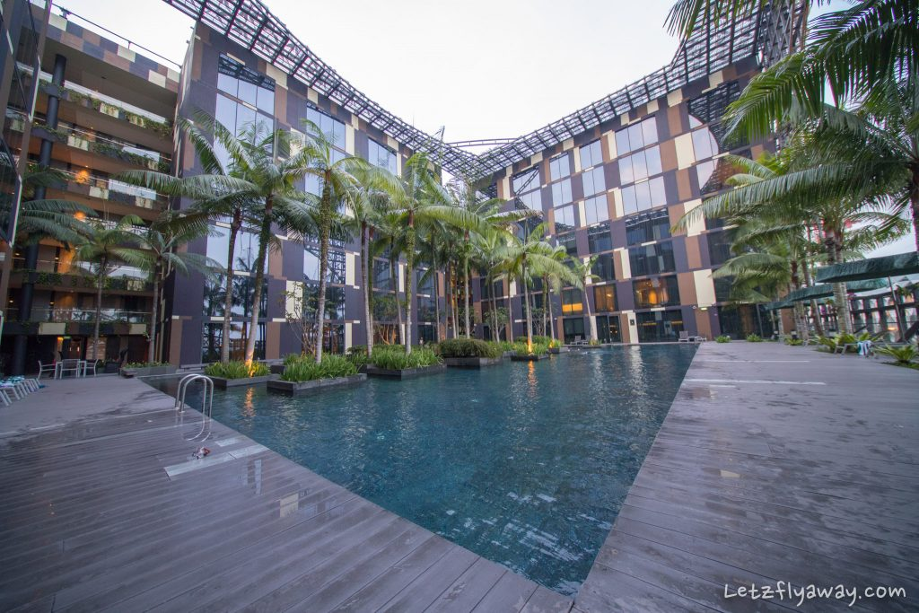 Crowne Plaza Changi pool